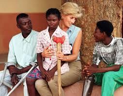 Princess-Diana-comforted-children-injured-by-landmines